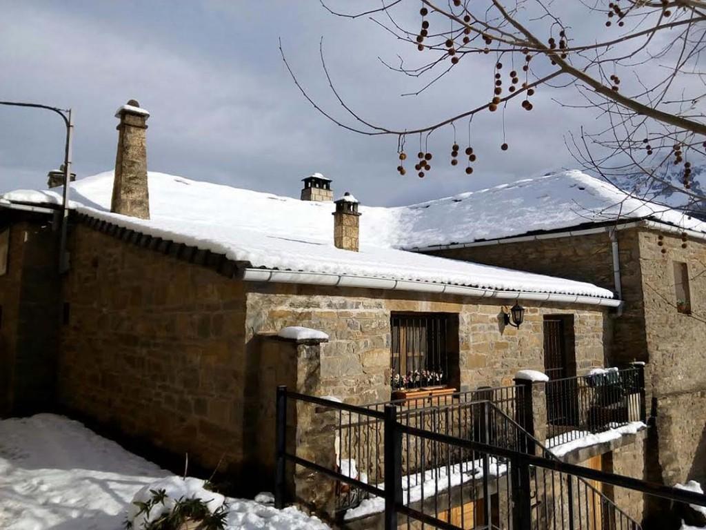 Excursion con esquis de travesia Fachada Casa Ortas Nocito Sierrade Guara (4)
